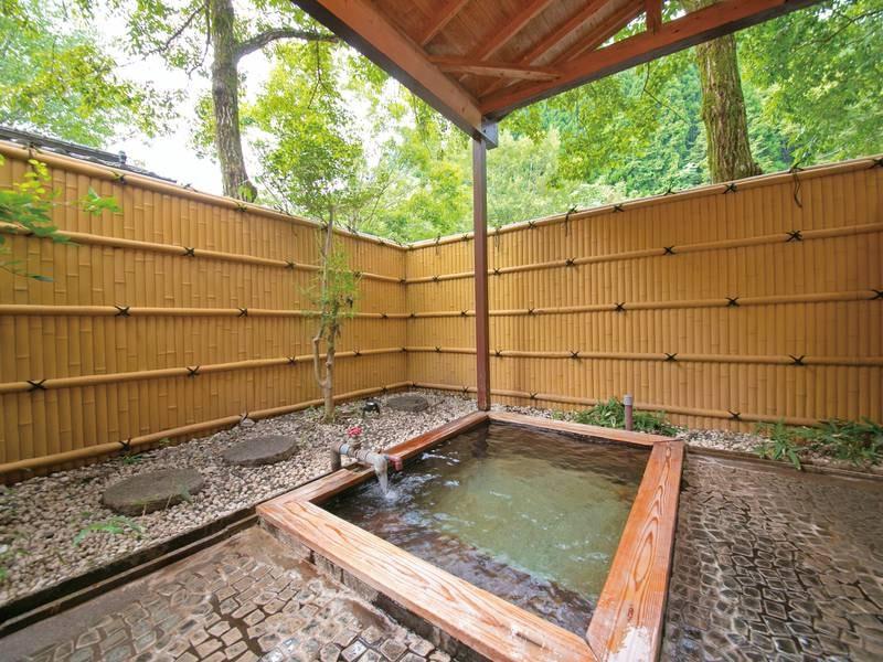 【露天貸切風呂(建物外、庭園内)/一例】2~3人向けの小さめの貸切風呂もございます!
