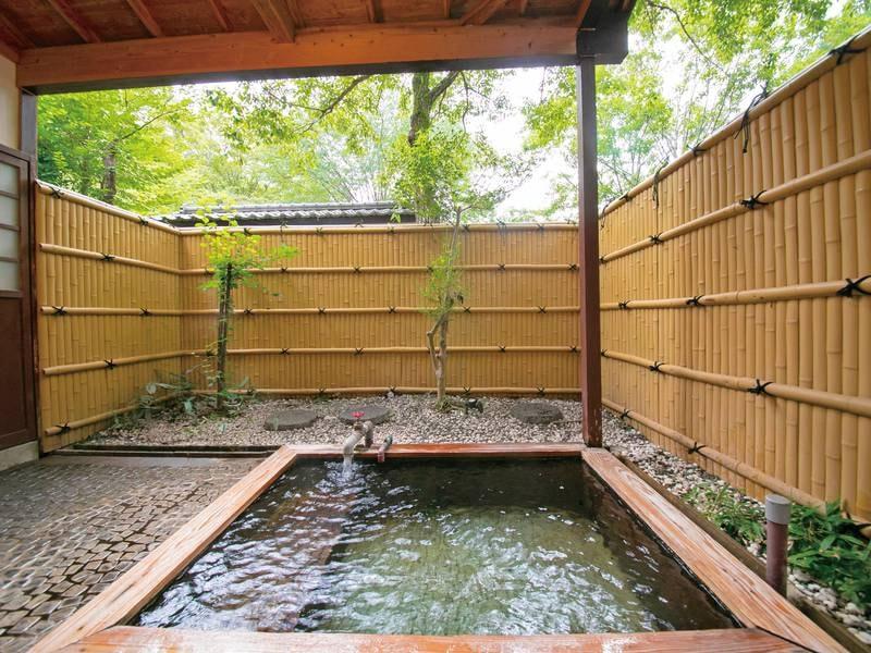 【露天貸切風呂(建物外、庭園内)/一例】2~3人用の貸切風呂もご用意