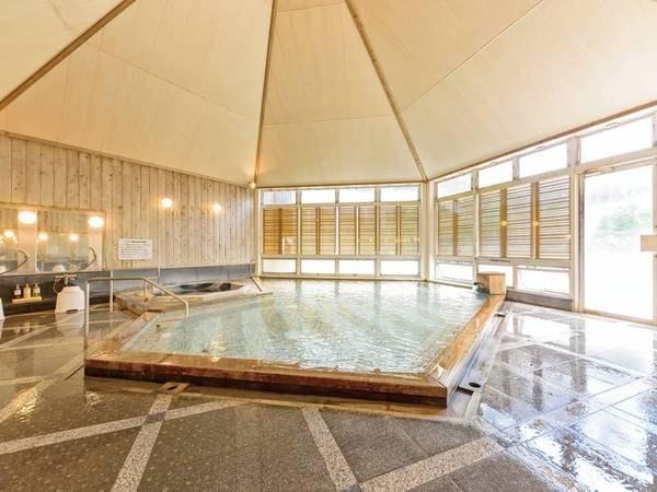 檜造りの男性大浴場。まるで森林浴をしているかのような檜の香りが、深く心身を癒してくれる。体が芯から温まりリラックス効果は抜群!