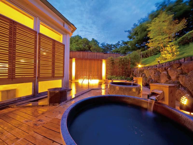 なめらかな肌ざわりの天然温泉を楽しめる露天風呂。温かい湯に浸かりながら大自然を満喫。夜は星空のもと、光と影の織りなす空間が広がります