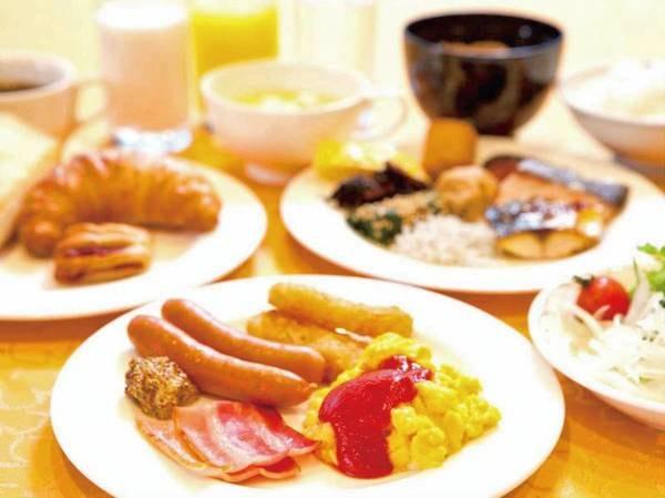 朝食バイキング(例)。焼きたて作りたてで皆様の一日の始まりをお迎えいたします。和洋それぞれの好みに合わせてお選び頂けます