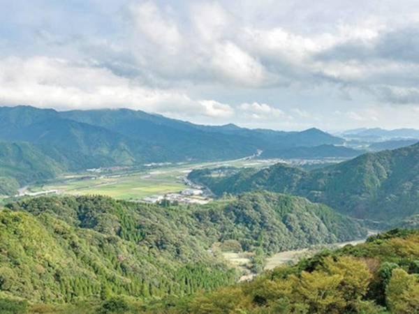山頂に位置するホテルから雄大な山々を一望!