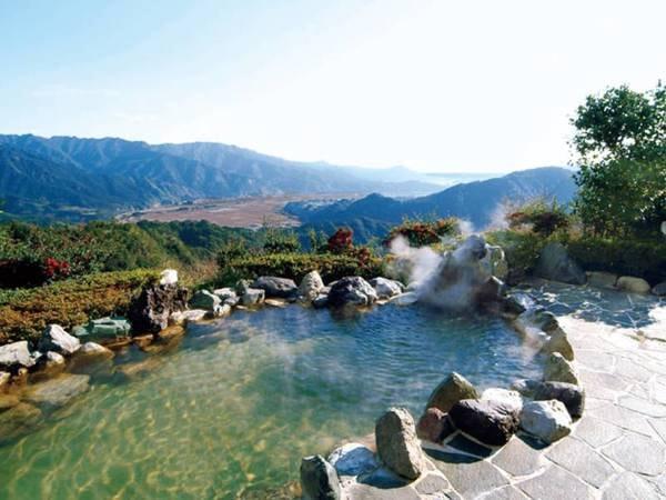 【露天風呂】高台から大自然を満喫