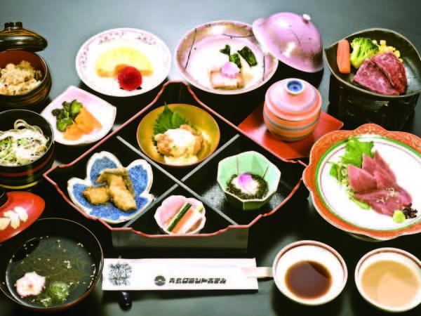 【夕食/例】宮崎名物鶏の炭火焼、牛陶板焼き、まぐろのお造り等