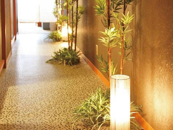 【DX和洋室/例】客室の扉を開けると趣ある空間が広がる。