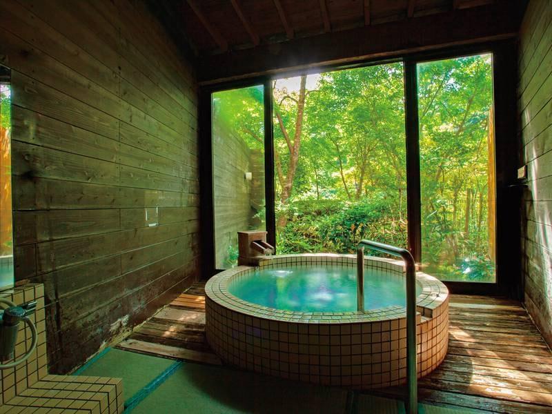 貸切風呂【薩摩】 筒状の小さめ浴槽で洗い場は畳敷き。カップル・ご夫婦様におすすめです。★ベビーベッド完備