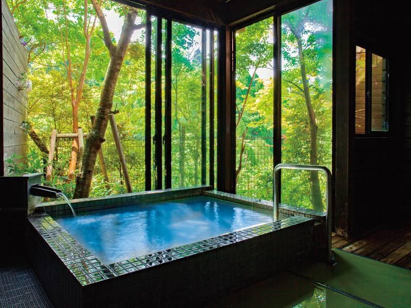 貸切風呂【隼人】 やや大きめのゆったりした浴槽で洗い場は畳敷き。大人2名様・お子さま1~2名様に適したファミリー向け。