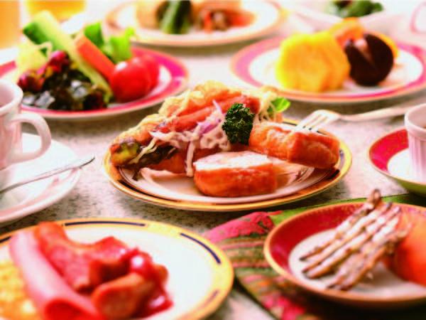 朝食は50種の和洋バイキング!豊富な品揃えが嬉しい(一例)