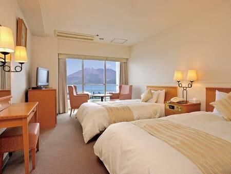 【桜島側洋室確約!】大きくとられた窓から雄大な桜島を望む約22平米(一例)