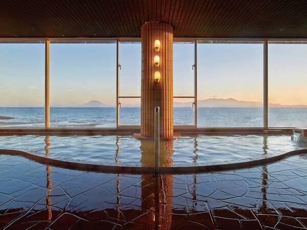 【こらんの湯 錦江楼】館内は落ち着いた雰囲気の寛ぎの空間。「美肌の湯」は指宿エリアでも他にはない源泉を使用!大浴場の窓からは錦江湾を一望。
