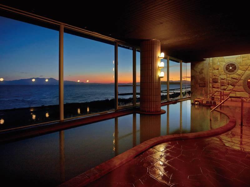 展望風呂(夜) 暗くなれば、日が沈んでいく空のコントラストと、向かいの大隅半島の光を眺めながら