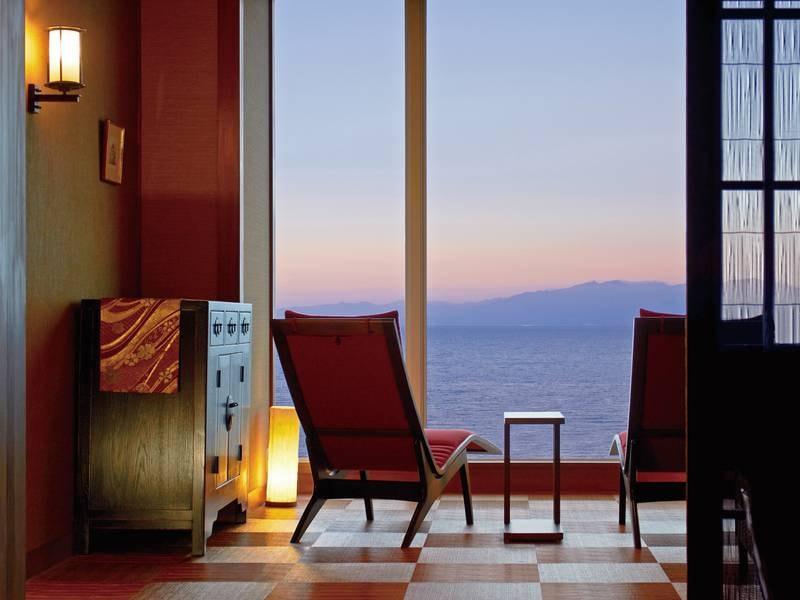 大浴場前/ラウンジ 付き人をゆっくりお待ちいただけるスペース 錦江湾と大隅半島を眺めながらだと待ち時間も旅を彩る大事な時間へと...。