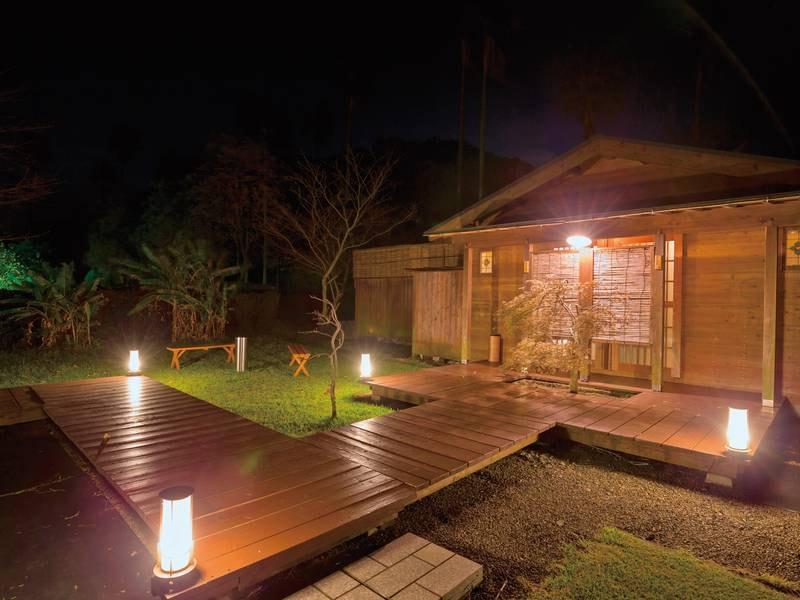 露天風呂外観(夜) 風が心地よくのんびり過ごせる露天風呂
