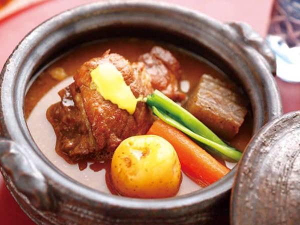 名物!黒豚豚骨煮/例 ほねまでほろほろのホテル自慢豚骨煮を召し上がれ!