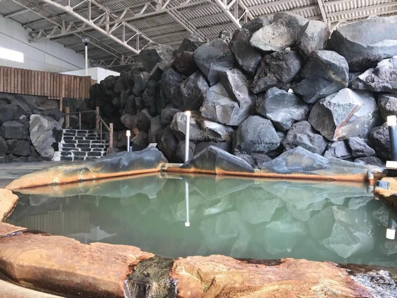【大浴場】溶岩を施した迫力ある内湯
