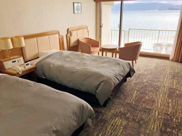 【海側洋室(ツイン)/例】全室バルコニー付きで海をもっと身近に