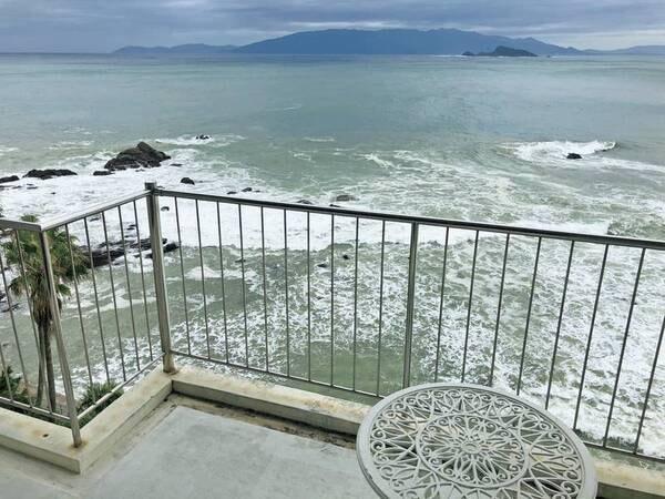 【海側洋室(ツイン)/例】バルコニーからは志布志の海を一望