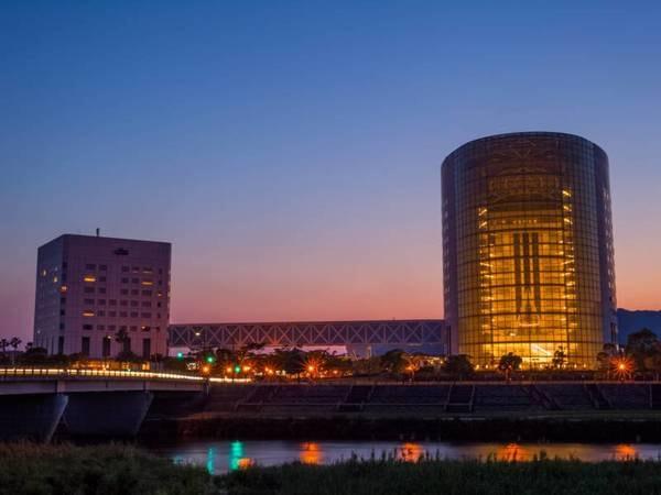 【外観】天降川のほとりに位置する当ホテルは、自然と融合したシティ&リゾートホテル