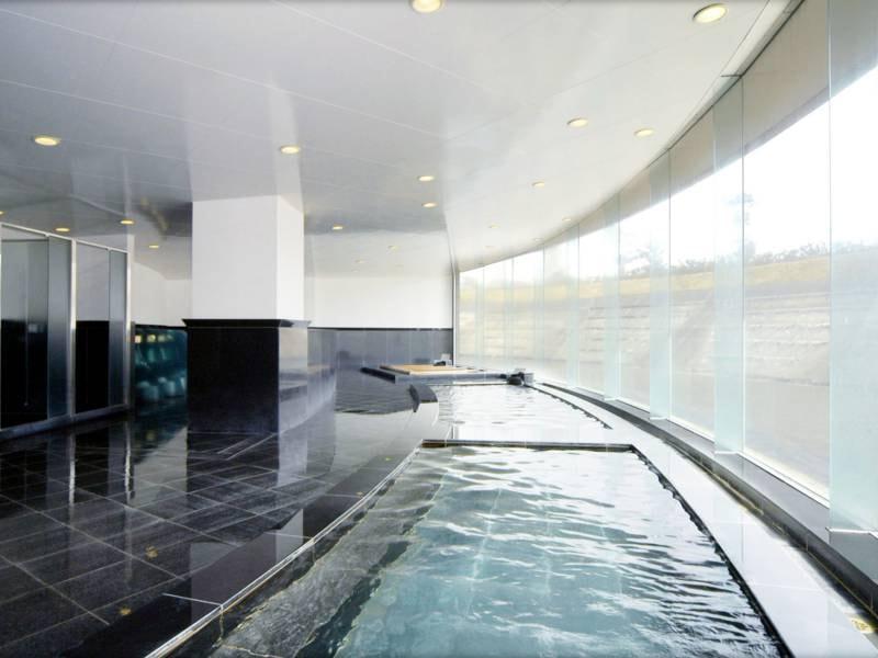【大浴場】地下1050mより湧き出し、清湯溢れる本館地下1階の温泉大浴場。
