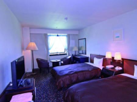 【客室/例】清潔感溢れるツインルーム。併設のゴルフ場一望