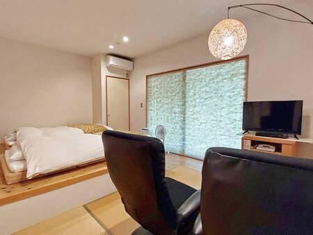 【Aタイプ/例】リビングにはソファをご用意。ゆっくりと寛ぐことができる