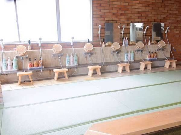 【松の湯】浴室内の床は温かみのある畳敷き!