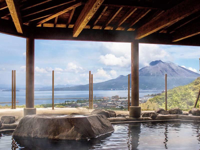 【露天風呂】錦江湾を前に桜島から薩摩富士とも言われる開聞岳を一望できる絶景が自慢の露天風呂。湯は財宝と同じ成分の美肌の湯をかけ流しで愉しめる。