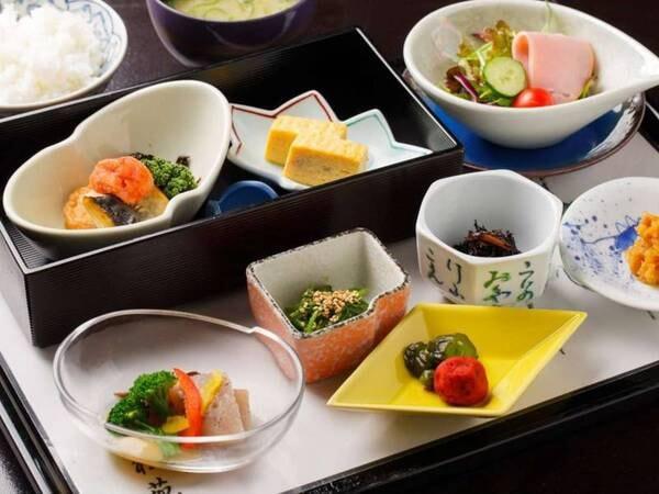 <朝食> ※写真は一例 仕入れや季節等により、メニューの一部や食器等が変わることがあります