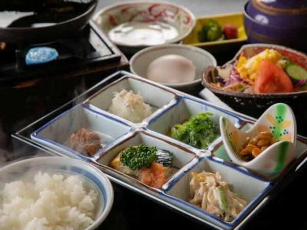 【朝食/一例】仕入れや季節等により、メニューの一部や食器等が変わることがあります