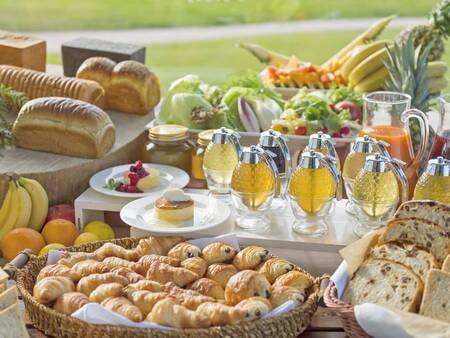 【朝食バイキング/例】実演のパンケーキが好評♪7種の天然蜂蜜からお好きな味を楽しめる!(現在一部メニューにおいてスタッフによる取り分けを実施しています)