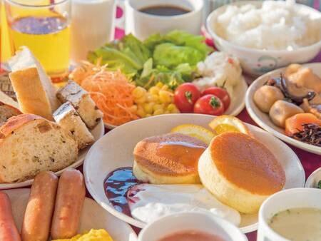 【朝食バイキング/例】焼きたてパンと種類豊富な蜂蜜が大人気!(現在一部メニューにおいてスタッフによる取り分けを実施しています)