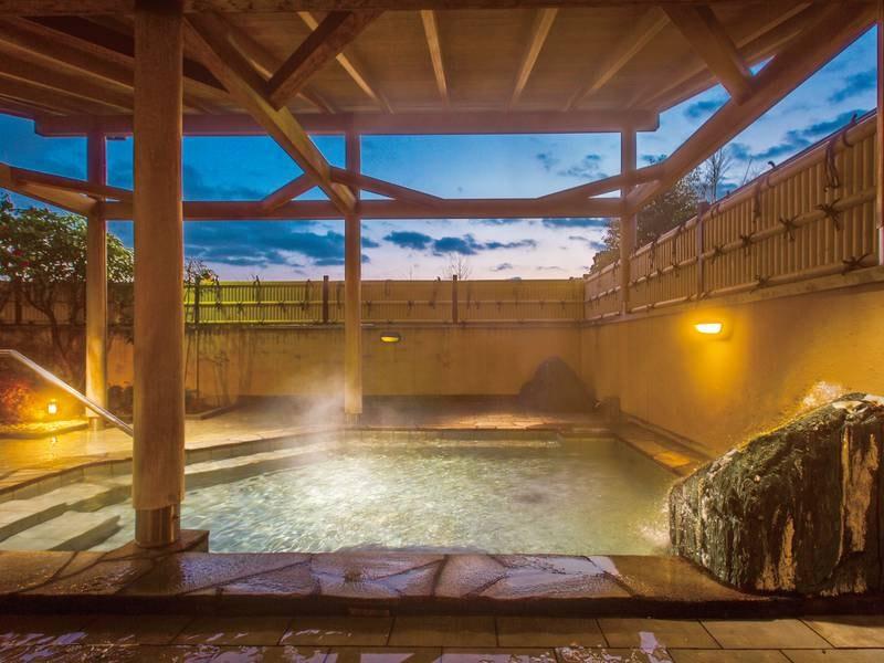 【露天風呂】夕日や星空を眺めながら湯浴み