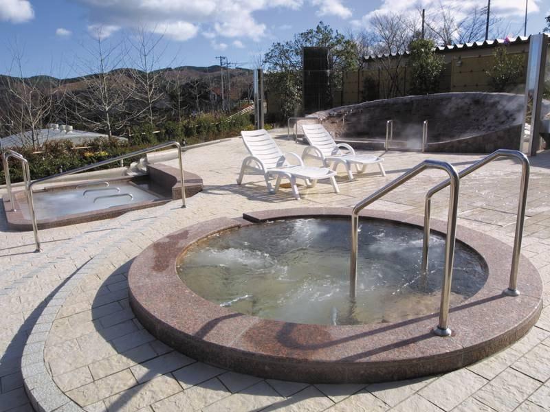 【露天風呂・富士見遊場】水着エリアには霧湯、ジャグジー、シルクイン(寝湯)、足湯、足つぼの湯、打たせ湯、飲泉などの様々なお風呂を楽しめる