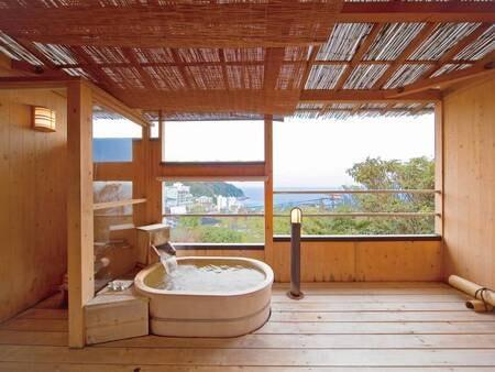 【露天風呂付客室/例】上質な湯をひとりじめ。広々ウッドデッキが素敵