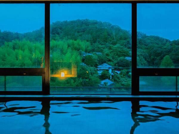 【大浴場】源氏山を目の前に四季折々の自然と一体になれる幽玄閑雅な名湯