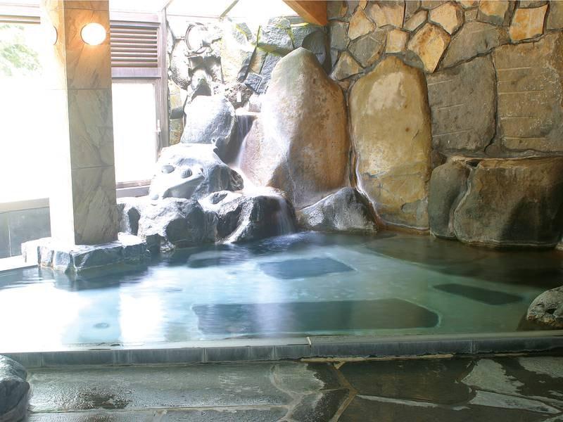 【大浴場・桂谷岩風呂】伊豆石を使った広々とした内湯