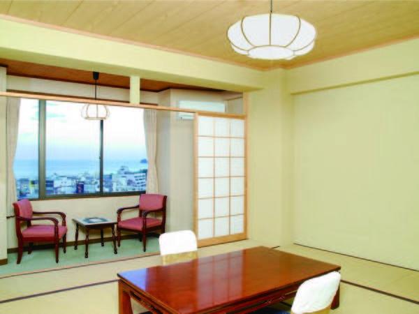 人気の海側客室。伊東の温泉街と海を望む※眺望一例