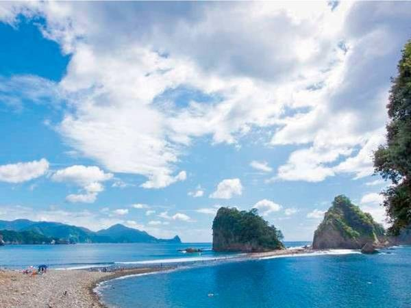 【周辺観光/例】ホテルの目の前。潮の干満で三四郎島と陸地がつながるトンボロ現象