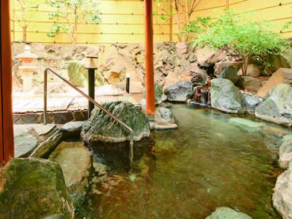 【露天風呂】風情ある岩造り。内湯はぬる湯・あつ湯あり
