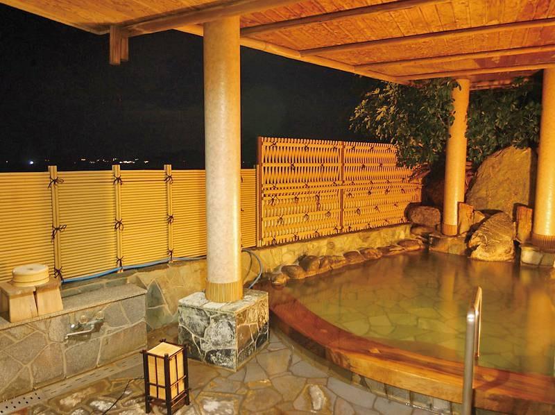 【貸切風呂/渚】波音を楽しみながら湯に浸かれる一階の貸切専用波打ち際露天風呂