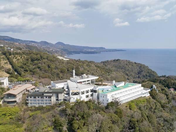 【外観】熱川ハイツは海と山に囲まれた自然豊かな場所