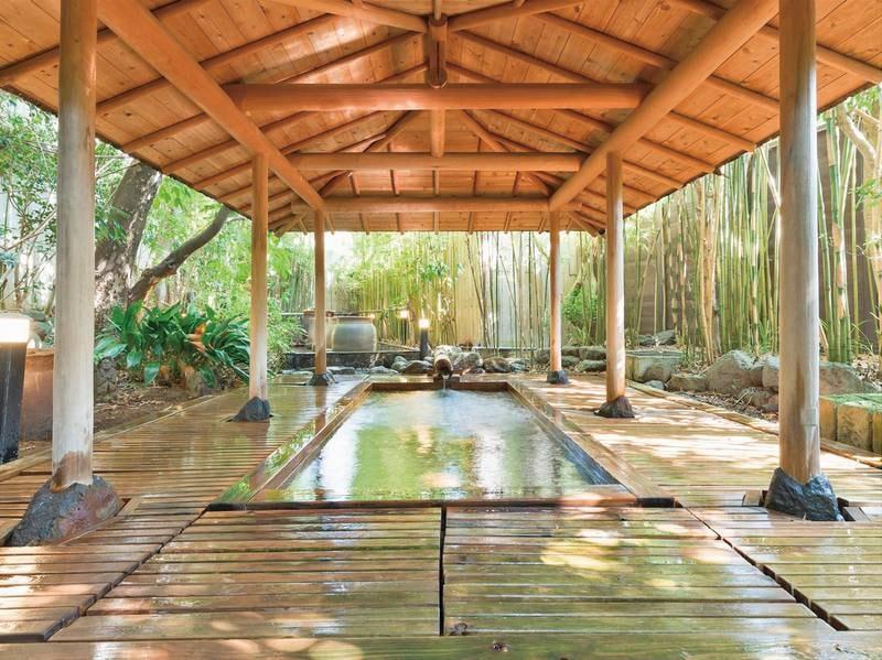 【甚兵衛の湯】開放感溢れる檜風呂は自然林と調和した趣き