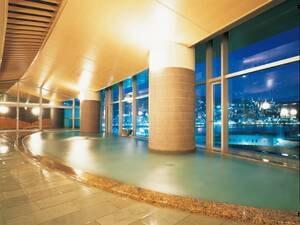 【大展望風呂「海望の湯」】夜は煌めく夜景を見渡しながらゆっくりと入浴