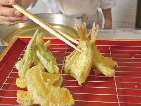 【夕食/例】天ぷらは目の前で揚げたてをいただける