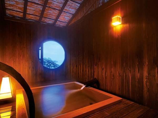 丸窓からの海景色を楽しめる貸切露天風呂「天照」は、空と一体になれる場所。太陽の神様・アマテラスに見守られながら、おおらかなひとときをどうぞ。