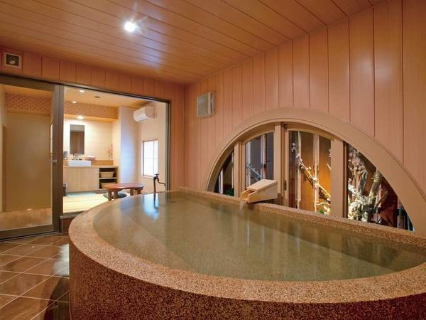 半円形の湯舟は、のびのびと身体を伸ばせるゆったりサイズ。暖色系のやわらかな色調でまとめられた浴室、和のぬくもりあふれる畳のくつろぎ空間が、なごみのひとときを演出いたします。