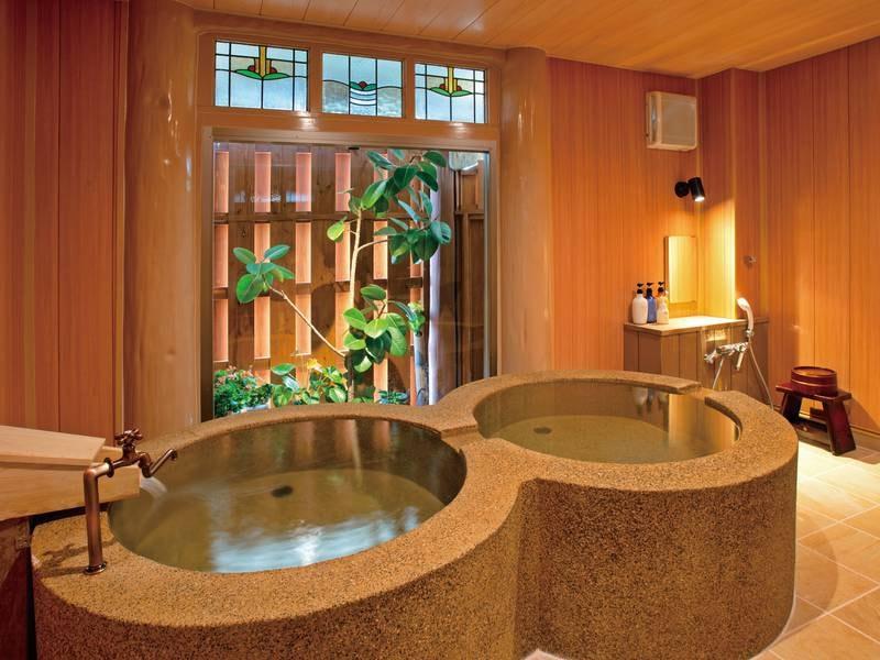 2つ並んだ丸い湯舟が愛らしい「なのはな」。中庭のグリーンを眺めながら、のんびり過ごせる貸切温泉です。湯上り後は、リビングエリアの椅子でゆっくりとクールダウンタイムをどうぞ。