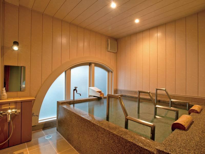希少天然石の十和田石を使用した寝湯の湯舟。美しい緑色の十和田石は肌あたりもやわらかで、古来から湯舟のための石として愛されてきました。のんびりと並んで寝転がって、極楽のひとときをご満喫ください。