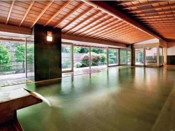 【総檜の大浴場】壮麗な総檜づくりのしつらえの湯を心ゆくまでゆったりと堪能できる。※クリスタル風呂と入替制