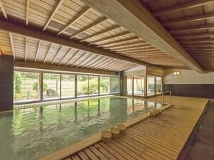 【総檜の大浴場】壮麗な総檜づくりの大浴場。※クリスタル風呂と入替制